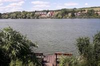 Вид на отель с противоположной стороны озера